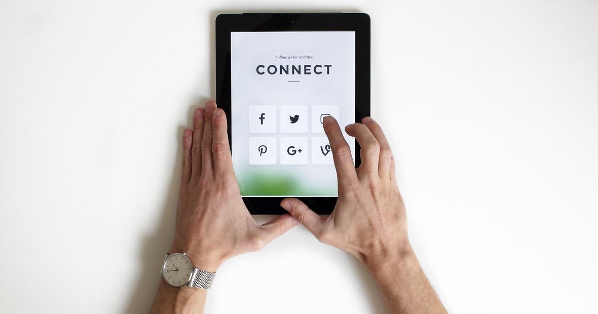 Übersicht der gängigsten Social Media Plattform, abgebildet auf einem Tablet.