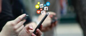 Menschen sitzen nebeneinander, halten ihre Smartphones in den Händen und werden mit der Informationsflut der sozialen Medien konfrontiert.