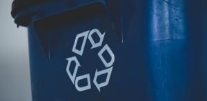 Dunkelblaue Mülltonne mit Recycling-Logo